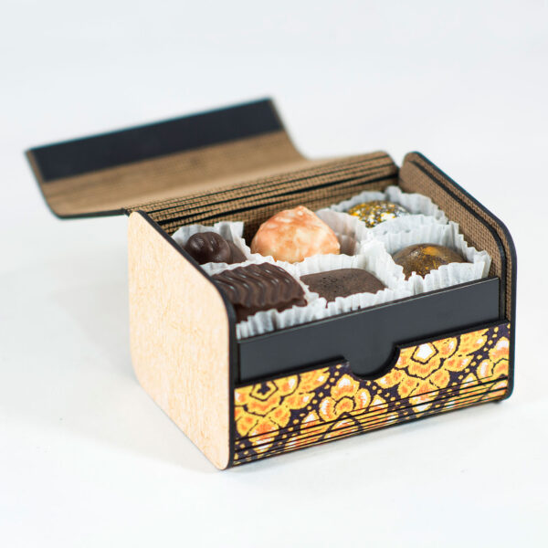 Caja decorativa con bombones rellenos de madera con un patrón impreso inspirado en culturas mesoamericanas