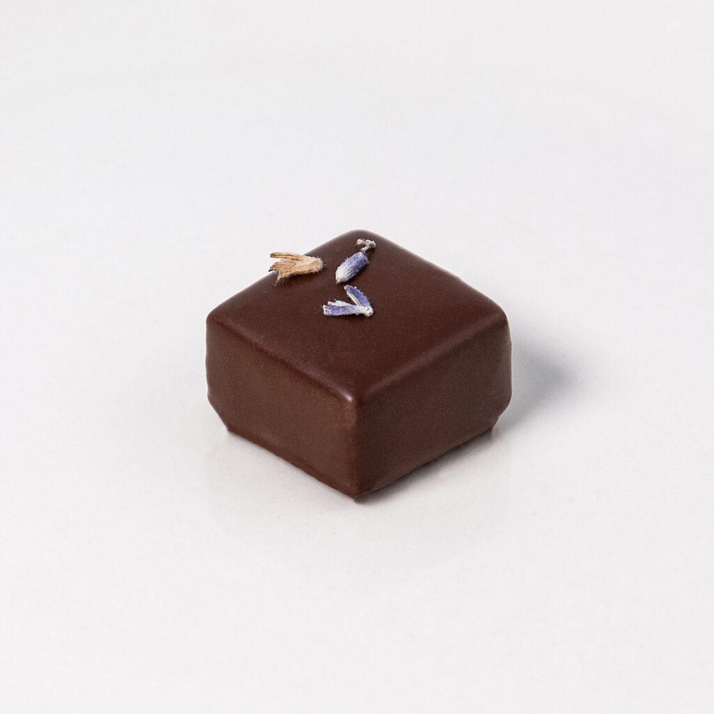 Bombón relleno de ganache de Lavanda y chocolate oscuro