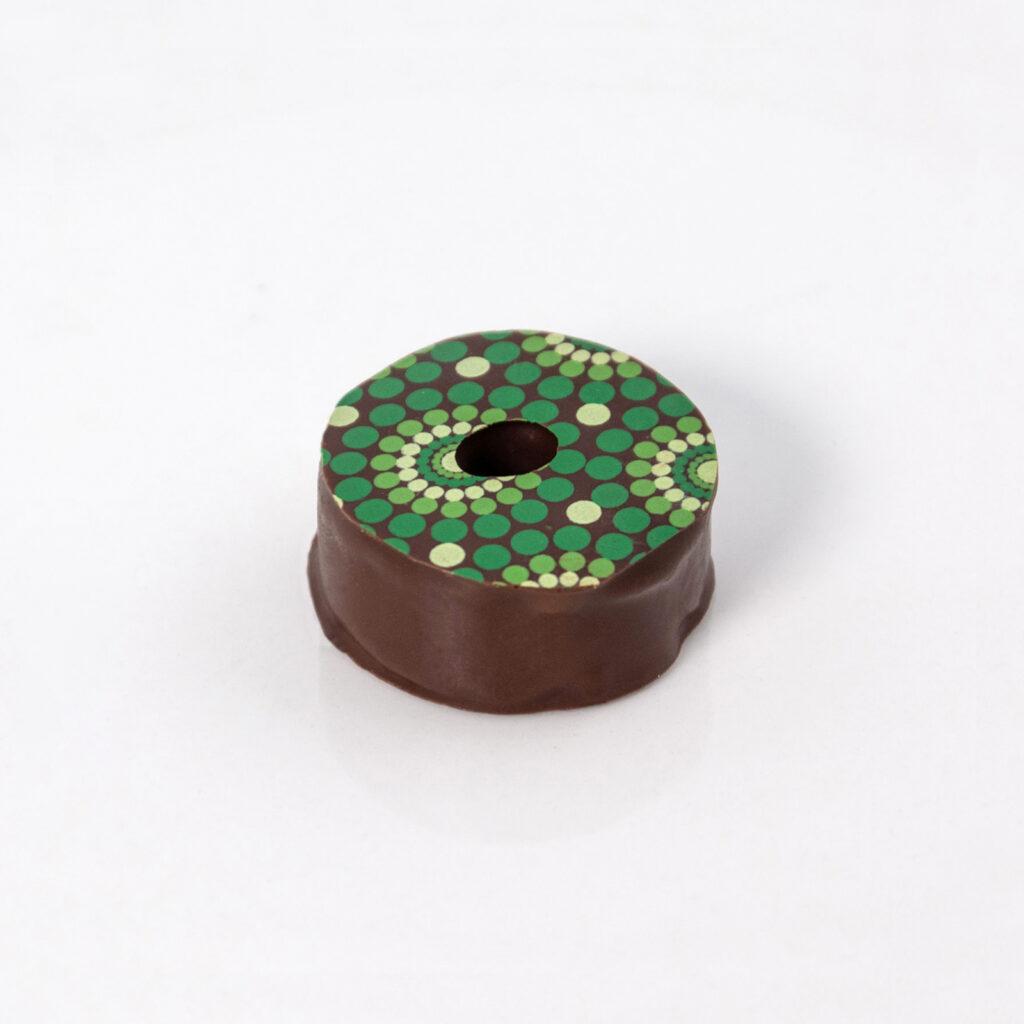 Bombón Corona relleno de Mazapán y Chocolate Oscuro