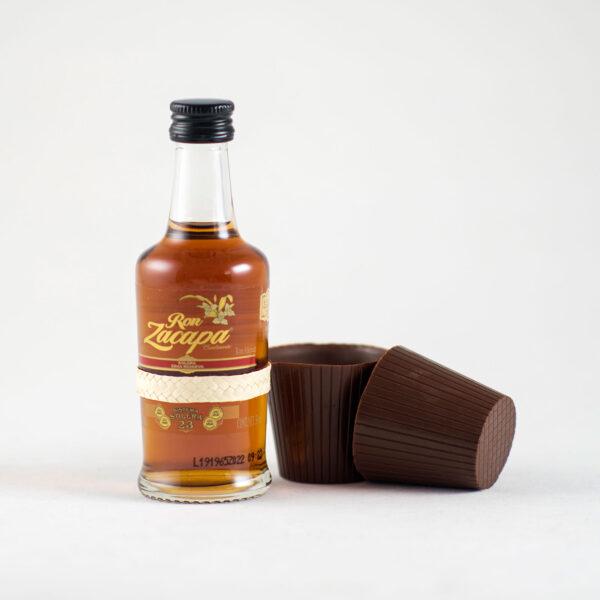Botella de ron añejo Zacapa 23 acompañado de vasitops de chocolate Danta