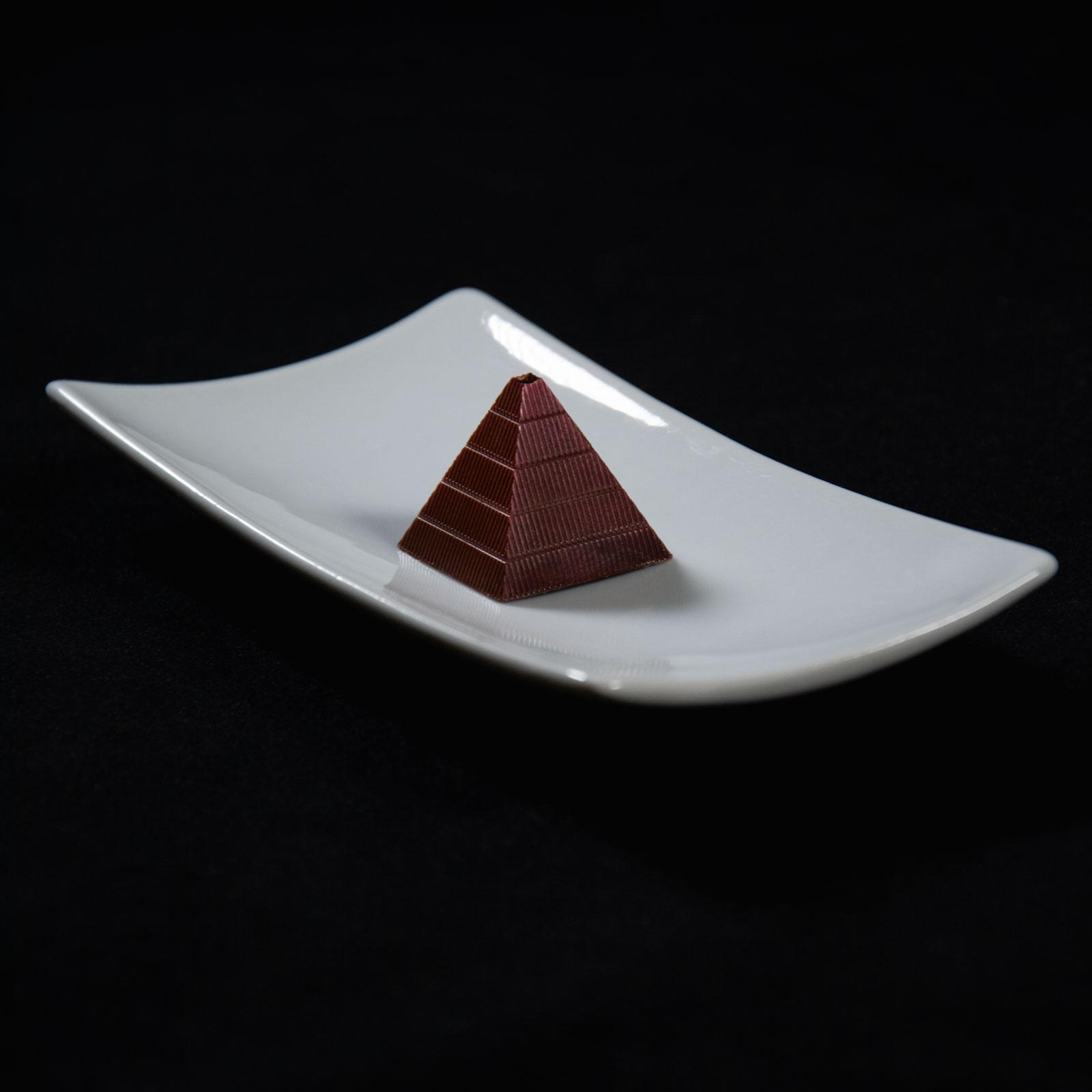 Bombón de chocolate relleno de Kalhua en forma de piramide